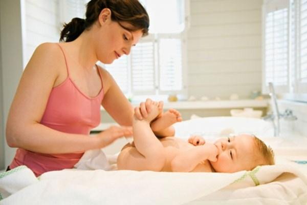 Massage cho trẻ bằng đâu dừa